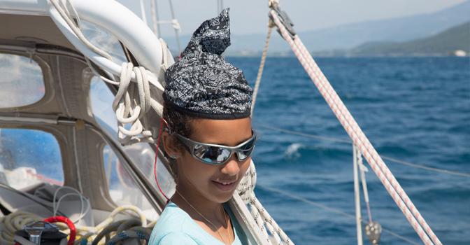 Nina, à l'arrivée en vue du port de Leucade, Lefkadas en grèce, photo Serge Briez, Cap médiations 2014