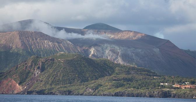 Grand cratère de Vulcano vue du mouillage, photo Serge Briez, Cap médiations 2014