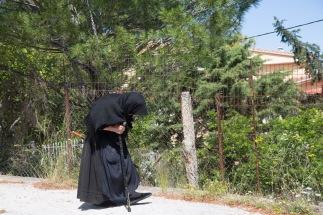 Femme agée en tenue traditionnelle dans les montagnes de Lefkadas, photo Serge Briez, cap médiations 2014