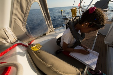 Nina et captain yellow sur Thera explorer, photo Serge Briez, cap médiations 2014