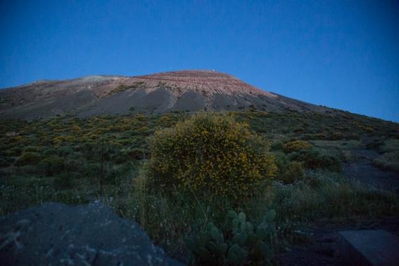 Le grand cratère de Vulcano, vue d'en bas du chemin menant au sommet, photo Serge Briez, Cap médiations 2014