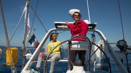 Approche du détroit de Messine, Agnès et Nina, surveillent Charybde et Scylla, photo Serge Briez, Cap médiations 2014