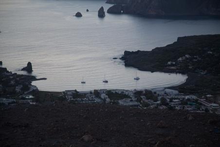 Mouillage Ouest de Vulcano, les bateaux Thera explorer et cacalou, photo Serge Briez, Cap médiations 2014