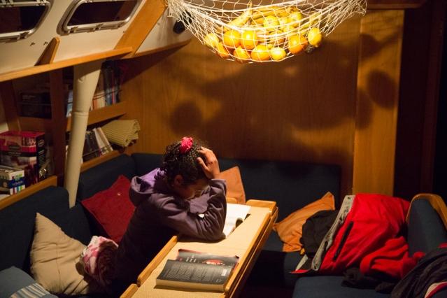 Nina lit dans le carré de Thera explorer, photo Serge Briez, cap médiations 2014