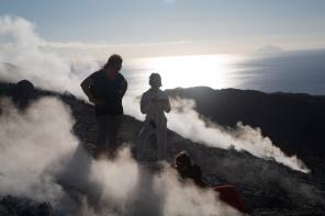 Nina et Agnès au milieu des fumerolles en haut du grand cratère de Vulcano, ile éolienne, Photo Serge Briez, Cap Médiations 2014