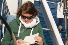 Estelle et son livre de bord, à bord de Thera explorer, photo Serge Briez, cap médiations 2014