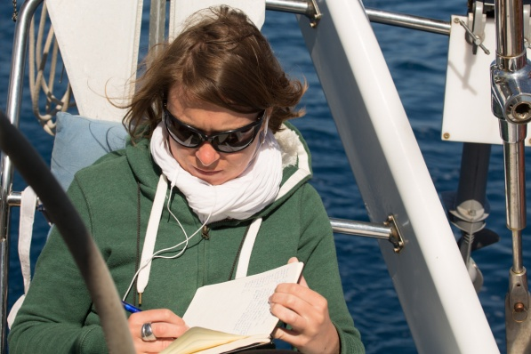 Estelle et son livre de bord, à bord de Thera explorer, photo Serge Briez, cap médiations 2014