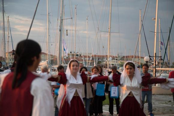 Démonstration de danse folklorique à l'arrivée au port de Lefkada, Leucade en Grèce, Photo Serge Briez, Cap médiations 2014