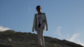 Nina, au milieu des fumerolles en haut du grand cratère de Vulcano, ile éolienne, Photo Serge Briez, Cap Médiations 2014