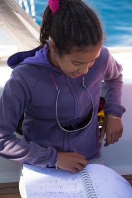 Nina et son livre de bord, à bord de Thera explorer, photo Serge Briez, Cap médiations 2014