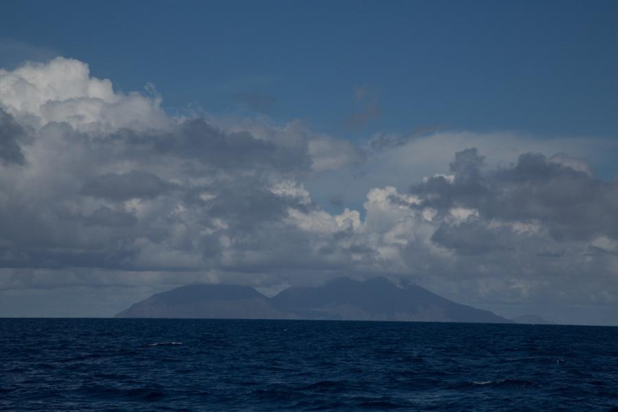 Arrivée aux iles éoliennes, Thera explorer, photo Serge Briez, Cap médiations 2014