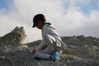 Nina étudiant les roches du Volcan en haut du grand cratère de Vulcano, Photo Serge Briez, Cap médiations 2014
