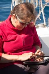 Agnès et son livre de bord électronique, à bord de Thera explorer, photo Serge Briez, cap médiations 2014