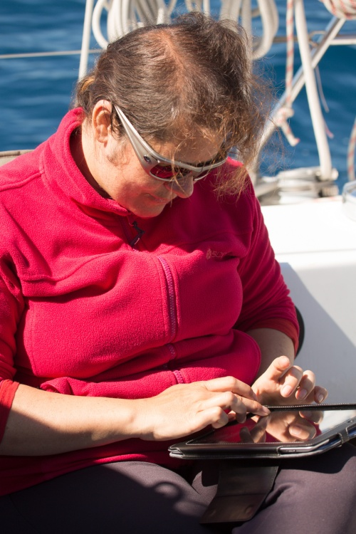 Agnès et son livre de bord électronique, à bord de Thera explorer, photo Serge Briez, cap médiations 2014