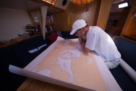 Philippe Roger, étude de la carte de Méditerranée à bord de Thera explorer, photo Serge Briez, cap médiations 2014