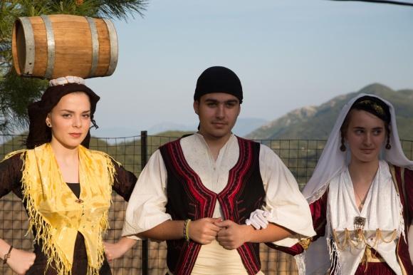 Tenue traditionnelle à Lefkadas, pour les jeunes mariés à droite et tenue traditionnelle de femme à gauche, Dimanche 11 Mai 2014, photo Serge Briez, Cap médiations 2014