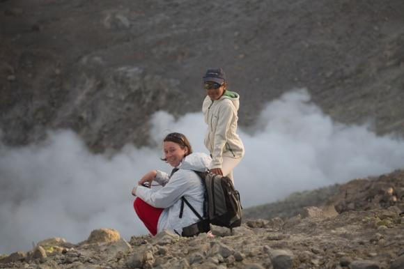 Estelle et Nina, au milieu des fumerolles en haut du grand cratère de Vulcano, ile éolienne, Photo Serge Briez, Cap Médiations 2014