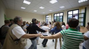 Leçon de danse folklorique à Karya sur l'ile de lefkadas en Grèce, Dimanche 11 mai 2014, photo Serge Briez, Cap médiations 2014