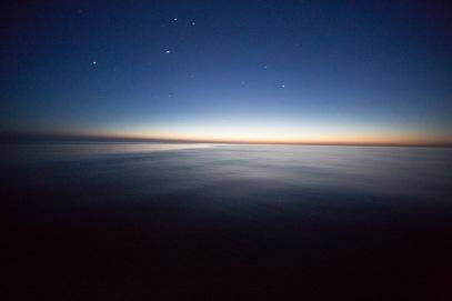 Thera explorer dans la pétole, au coucher du soleil, photo Serge Briez, Cap mediations 2014