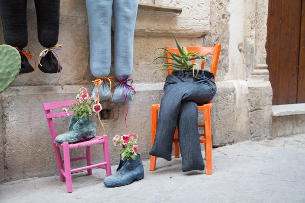 Création devant une boutique de vêtements de Syracuse, photo Serge Briez, Cap médiations 2014