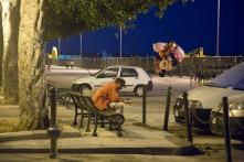 Vendeur de rue sur un banc, le long des quai d'Ortigia, Syracuse, photo Serge Briez, Cap médiations 2014