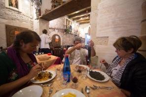 """Dégustation de spaghetti fruits de mer, encre de sèche et espadon au restaurant """"Do Scogghiu"""", à Syracuse, photo Serge briez, Cap médiations 2014"""