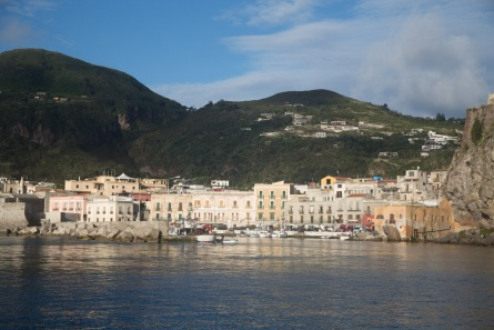 Le port de Lipari, vue de Thera Explorer, photo Serge Briez, Cap médiations 2014