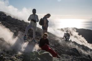 Estelle, Nina, Agnès et Philippe au milieu des fumerolles en haut du grand cratère de Vulcano, ile éolienne, Photo Serge Briez, Cap Médiations 2014