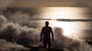 Philippe à contre jour au milieu des fumerolles au sommet du grand cratère de Vulcano, photo Serge Briez, Cap médiations 2014