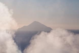 îles éoliennes vue du sommet du grand cratère, entre les fumerolles, photo Serge Briez, Cap médiations 2014
