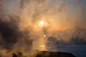 Le soleil à travers les fumerolles en haut du grand cratère de Vulcano, ile éolienne, Photo Serge Briez, Cap Médiations 2014