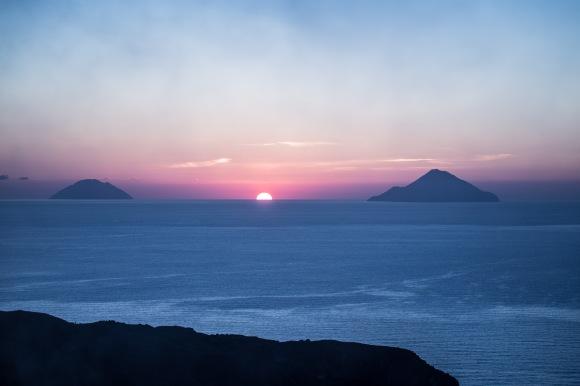 Coucher de soleil sur les iles éoliennes depuis le sommet du grand cratère de Vulcano, photo Serge Briez, Cap médiations 2014