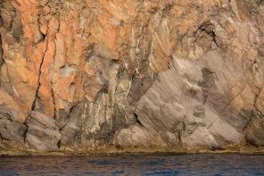 Vue des roches de Vulcano, penant le tour de l'ile depuis Thera explorer, photo Serge Briez, Cap médiations 2014