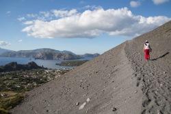 Estelle sur le chemin menant au sommet du grand cratère de Vulcano, îles éoliennes, photo Serge Briez, Cap médiations