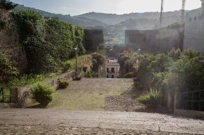 Vue des jardins derrière la Basilique San Bartoloméo, Lipari, photo Serge Briez, Cap médiations 2014