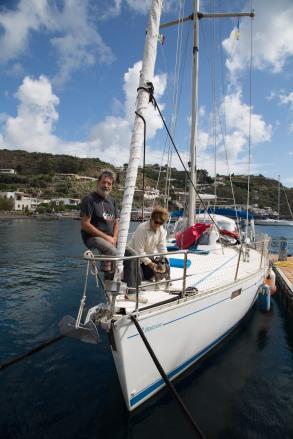Pierre et Michelle à bord de Cacalou, au ponton de Porto Salvo, Lipari, photo Serge Briez, Cap médiations 2014