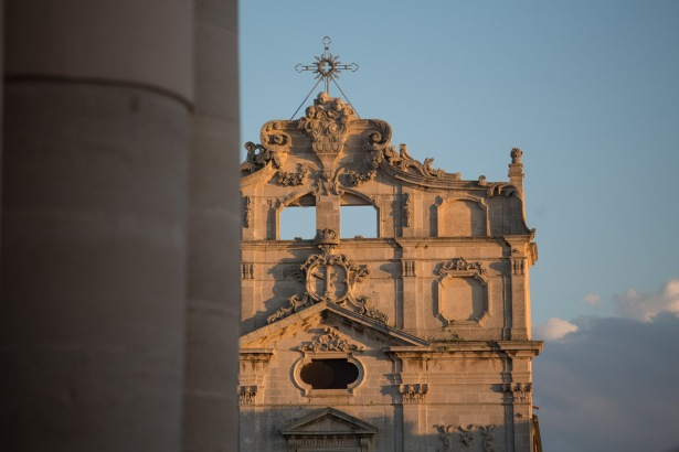Partie haute de la façade de l'Eglise Santa Lucia alla Badia, derrières les colonne du Duomo, photo Serge Briez, Cap médiations 2014