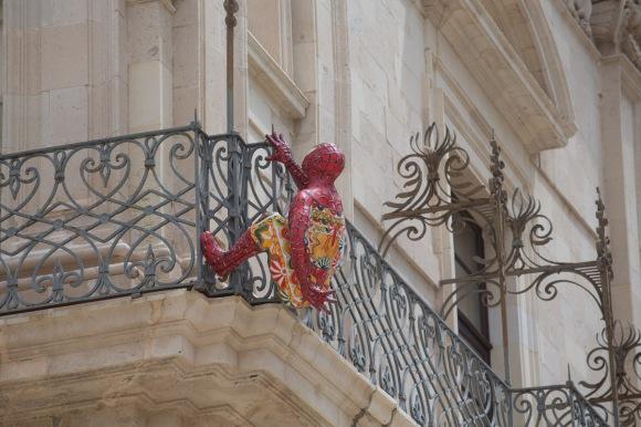 Spiderman en tenue du dimanche sur le balcon de l'Hôtel de ville, piazza Duomo, Syracuse, photo Serge Briez, Cap médiations 2014