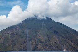 Sommet du Stromboli, dissimulé dans les nuages ou les fumées du volcan ? photo Serge Briez, Cap médiations 2014