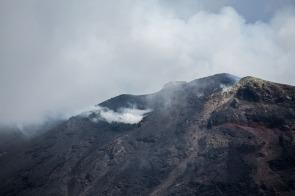 Fumées du cratère du Stromboli, au dessus de la Sciarra del fuoco, photo Serge Briez, Cap médiations 2014