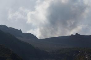 Sommet du Volcan vue de la partie Sud Est de l'île, photo Serge Briez, Cap médiations 2014