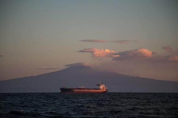 Cargo sous l'Etna au lever du soleil, photo Serge Briez, Cap médiations 2014