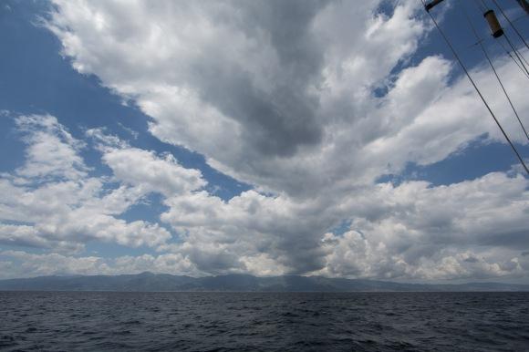 Entrée du détroit de Messine, vue sur la Sicile de Thera explorer, photo Serge Briez, cap médiations 2014