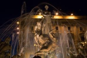 Sirène et son petit, La fontaine de Diane, Piazza Archimède, Syracuse, photo Serge Briez, Cap médiations 2014