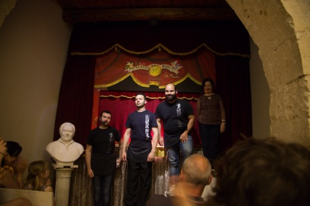 Les marionnettiste du Teatro Dei Pupi, à la fin du Spectacle de la chanson de Roland au Teatro Dei Pupi, Via della Giudecca, Syracuse, photo Serge Briez, Cap médiations 2014