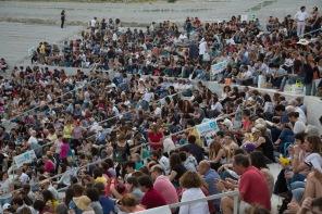 """Mise en place des spectateurs dans le teatro greco, spectacle """"Le Vespe"""" d'Aristofane, photo Serge Briez, Cap médiations 2014"""