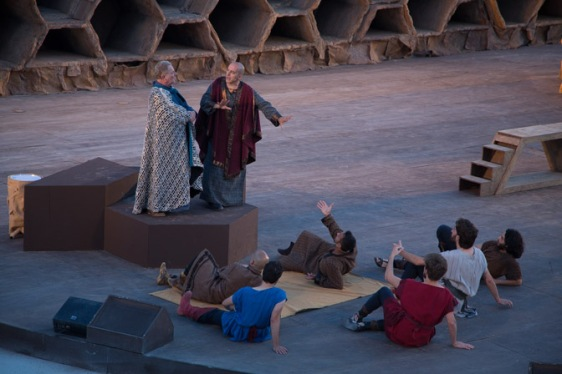 """Scène du """"Le Vespe"""" d'Aristofane, au teatro greco de Syracuse, photo Serge Briez, Cap médiations 2014"""