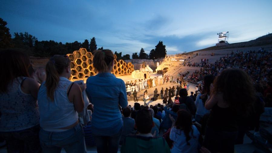 """Applaudissements du spectacle """"Le Vespe"""" d'Aristofane au teatro greco de Syracuse, photo Serge Briez, Cap médiations 2014"""
