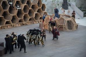 """Scène du spectacle """"Le Vespe"""" d'Aristofane, au teatro greco de Syracuse, photo Serge Briez, Cap médiations 2014"""