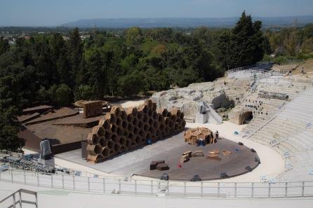 """Scène du Teatro Greco pour la préparation du spectacle """"Le Vespe"""", Parc archéologique de Neapolis, photo Serge Briez, Cap médiations 2014"""